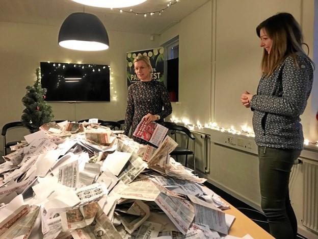 Pernille Thygesen viser lidt om, hvor heldig man skal være for at blive hevet ud af den store bunke, mens vidneren Maria Winther ser på. Privatfoto