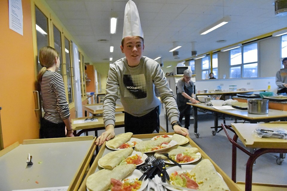 Direktør Rasmus Spanggaard Sørensen tager gerne tjansen at sørge for der er nok varer i boden. Her er det færdige tortillas der rulles ud af køkkenet. Foto: Ole Iversen Ole Iversen