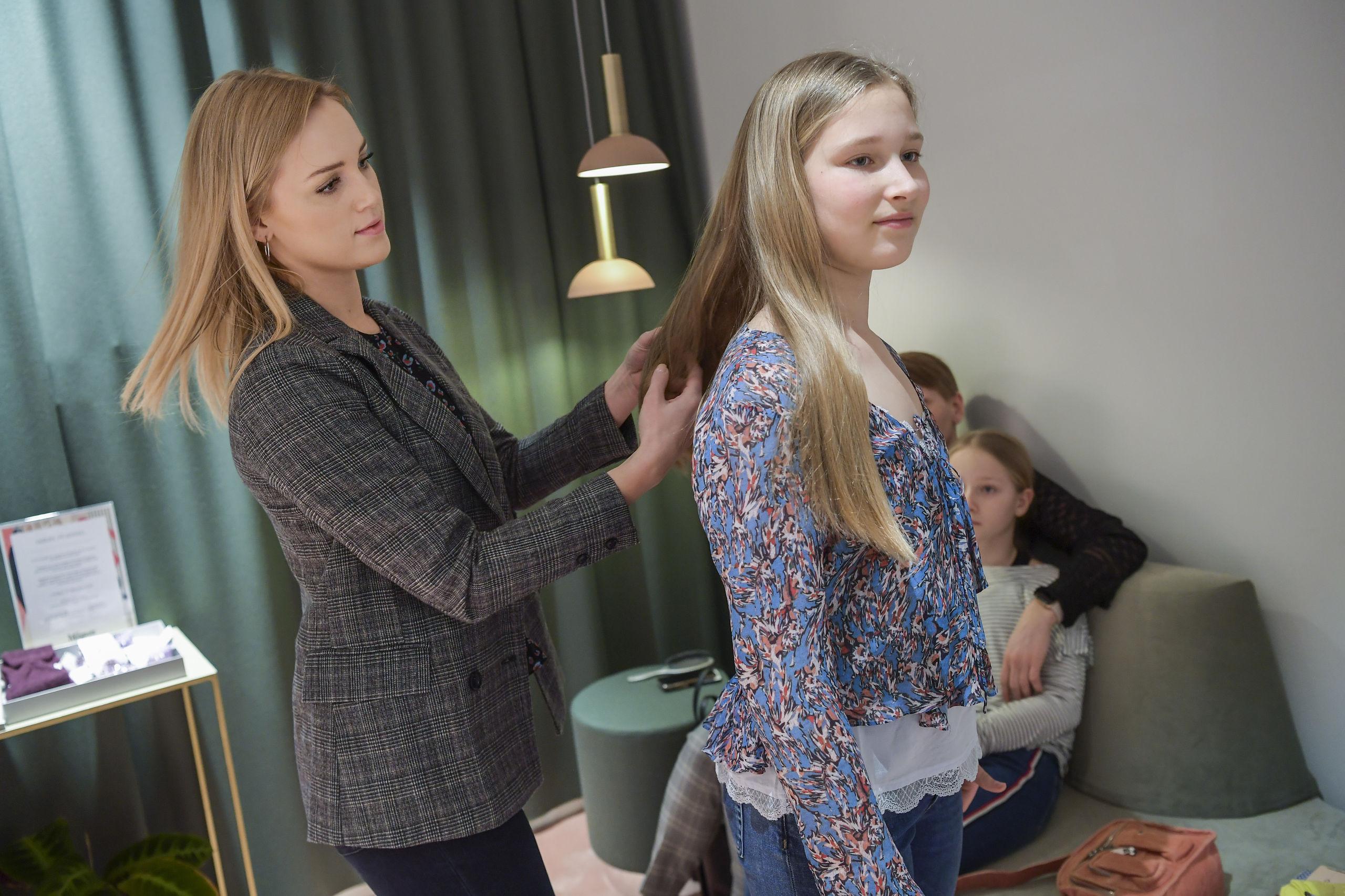 Magasins Personal Shopper, Line Gundersen, hjælper Sidsel Lindrup Kühn fra Hjørring med at finde hendes helt personlige udtryk. Foto: Michael Koch