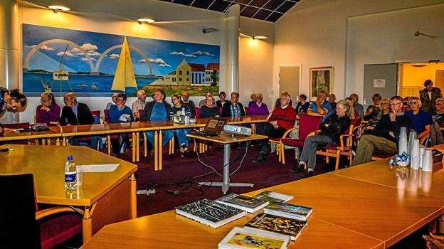 Alle pladser var besat til aftenens foredrag i den gamle byrådssal i Løgstør. Foto: Mogens Lynge