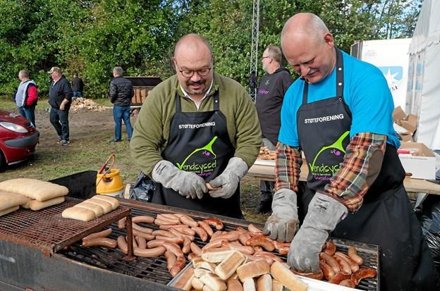 Gregory Hamilton Miller og formanden for Støtteforeningen Brian Nielsen griller pølser til de mange sultne gæster. Foto: Niels Helver