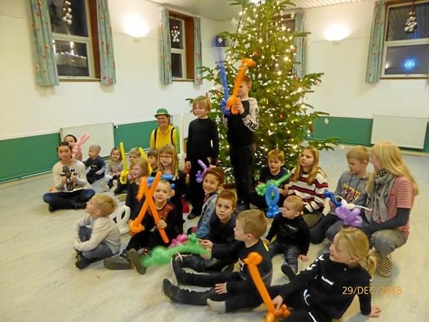 Børnene legede sangege med farvestrålende balloner og fik alle lavet en flot ballonfigur til at tage med hjem. Privatfoto