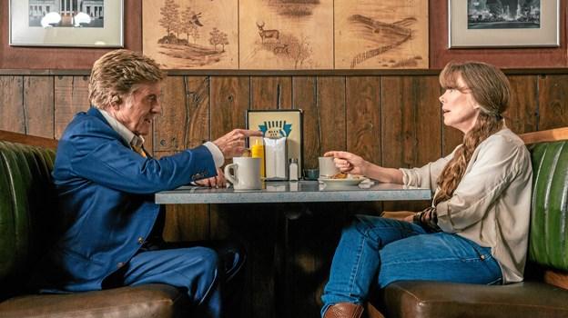 """Den aldrende Redford kan stadig charmere damerne, her Sissy Spacek i rollen som hans gamle flamme Jewels i filmen """"Den sidste gentleman"""". Foto: Fjerritslev Kino"""