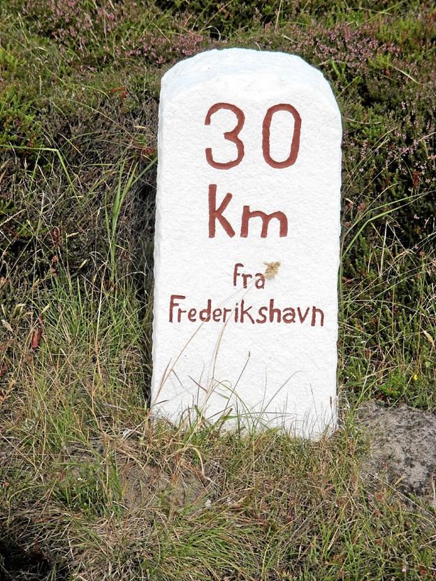 I bunden af Hulsig Hede står denne smukke kilometersten og fortæller om afstanden til Frederikshavn. I Vendsyssel Årbog 2018 kan man læse meget mere om kilometersten. Foto: LOKALHISTORISK ARKIV SKAGEN