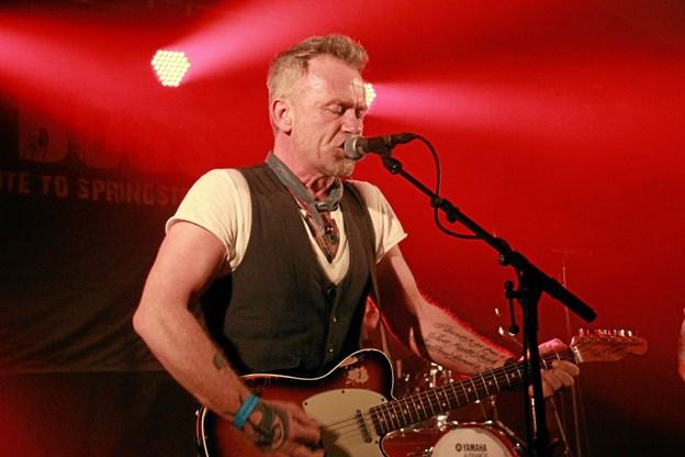 """Her er det forsangeren i """"The Boss - Tribute to Springsteen   """" der giver den gas. Hans B. Henriksen"""