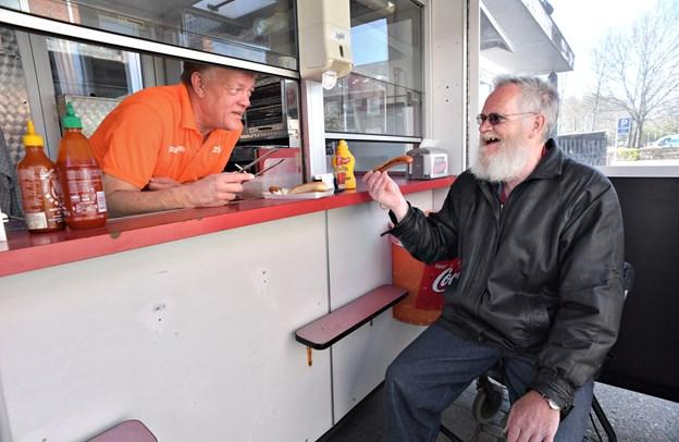 "- Er det en Københavner-vogn? Nå, men jeg skal jo heldigvis ikke snakke med den, grinte Carsten Nyborg. - Da jeg boede på Blå Kors i Hobro blev jeg kaldt ""Pølse-Carsten"", fordi jeg elsker pølser. Eller ""Carsten-madglad."" Jeg spiser alt, der er på bordet. Foto: Claus Søndberg"