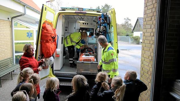 Børnene prøvede at være patienter i ambulancen. Foto: Flemming Dahl Jensen