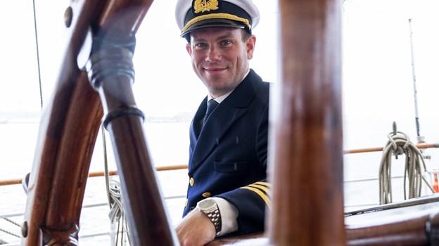 Overstyrmand August Jansson står ved roret og navigerer Sørlandet sikkert i den rigtige retning. Foto: Lasse Sand