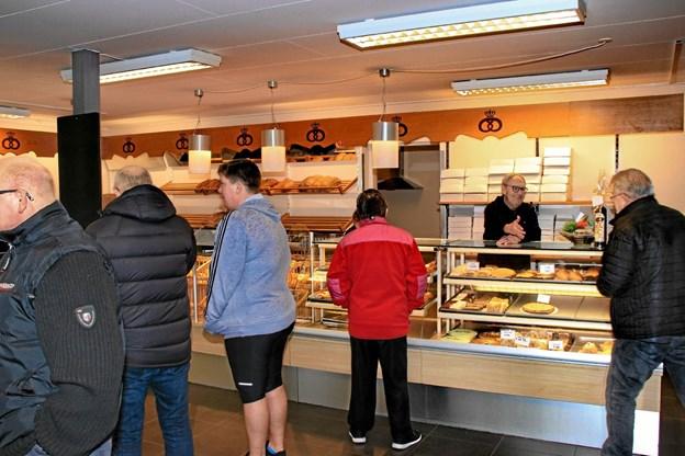 Mange lagde vejen forbi for at lykønske på åbningsdagen og købe brød med hjem. Hans B. Henriksen