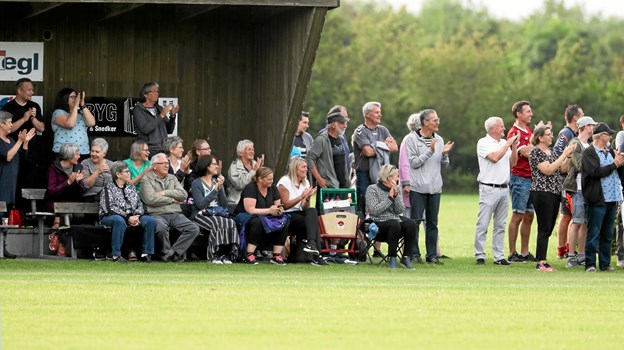 Et par hundrede tilskuere overværede oprykningskampen. Foto: Allan Mortensen Allan Mortensen