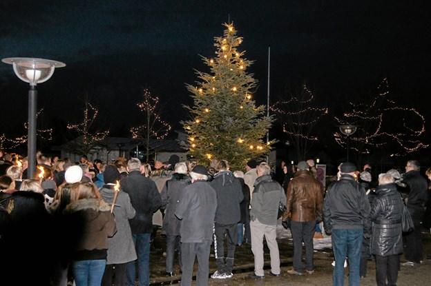 Traditionen med at tænde lyset i juletræet på torvet i Haverslev plejer at samle rigtig mange borgere i alle aldre. Arkivfoto: Picasa