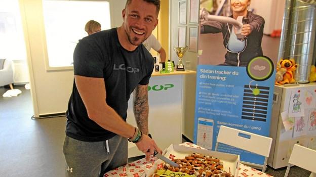 Indehaveren af LOOP Fitness Dronninglund, Jimmy Nielsen, serverede kagemand hele dagen, da fitnesscentret fejrede tre års fødselsdag.Foto: Jørgen Ingvardsen