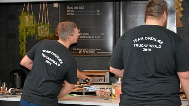 """Der var godt gang i salget i Arden Hallens cafeteria, når holdene - med opfindsomme navne - skulle have stillet sulten. Her et par stykker fra """"Team overlæs"""". Foto: Jesper Bøss Jesper Bøss"""