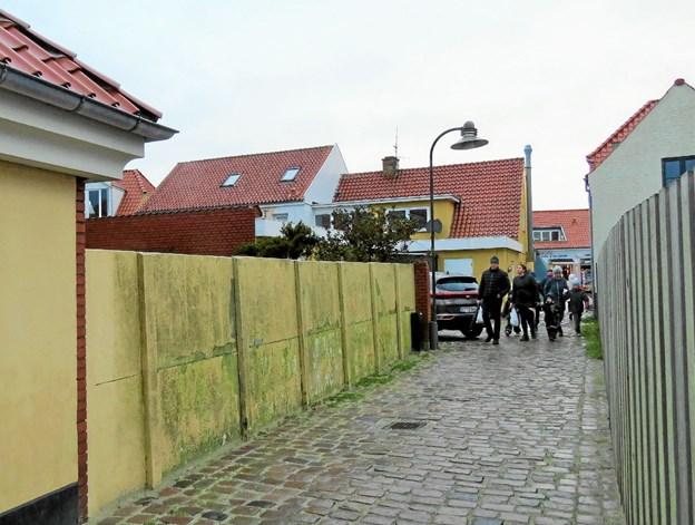 Den gule mur ved Jens Bangs Sti, som man håber bliver genstand for et kunstprojekt. Foto: Kirsten Olsen