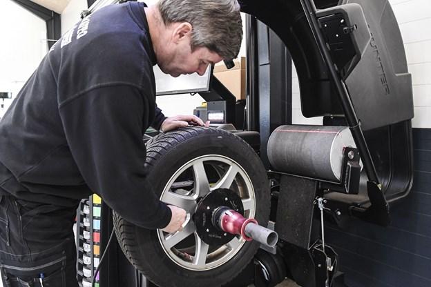 Torben Skrubbeltrang står i spidsen for Dækcenteret, der råder over den nyeste teknologi indenfor afbalancering - udstyret har en såkaldt vejtrykstromle.