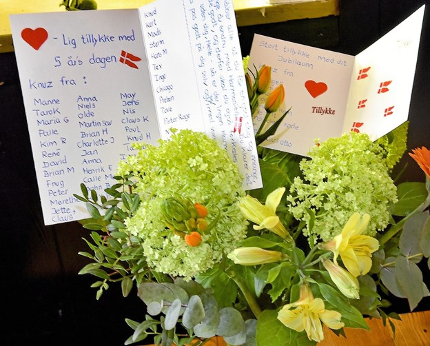 Mange var med til en gave til jubilaren. Navnene stod på to kort ... Foto: Ole Iversen Ole Iversen