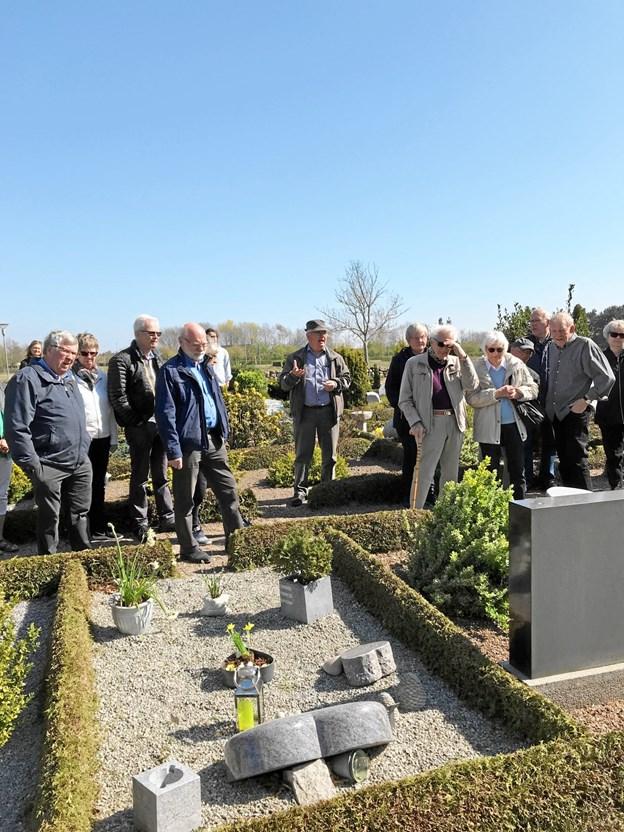 2. påskedag var der kirkegårdsvandring på Aaby Kirkegård med kirkeværge Jens Dige i spidsen. Privatfoto