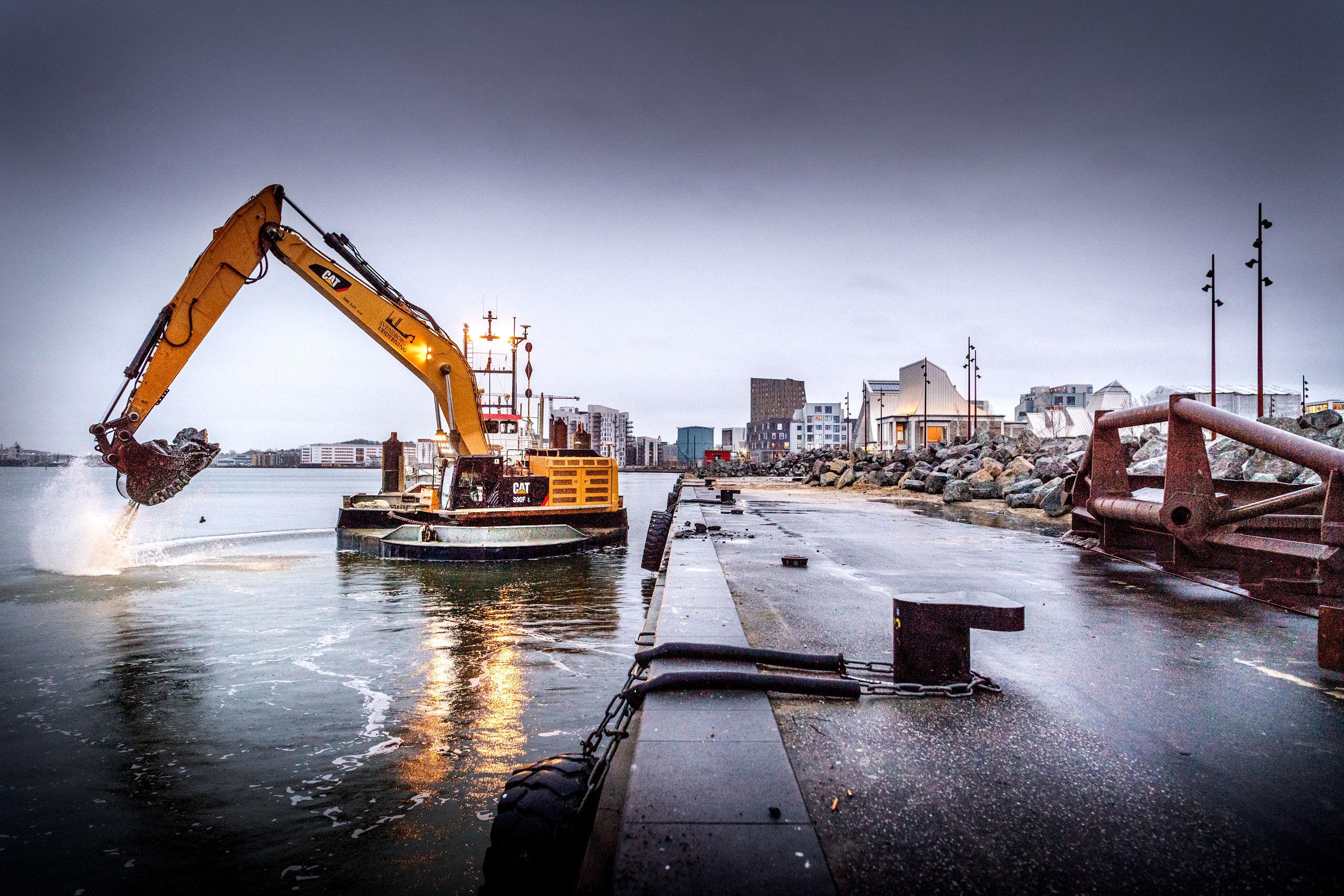 Krydstogtskibene slider hårdt på Honnørkajen i Aalborg, og det er bydende nødvendigt at få både fjordbund og kaj sikret forsvarligt, før den nye krydstogtsæson begynder med det første anløb mandag den 29. april. Foto: Torben Hansen