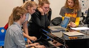 Gymnasieelever blænder op for eventyrlig musical