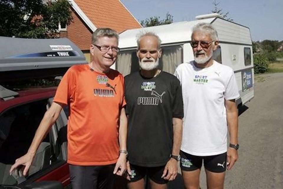 """Fredagens maratonløb fra Hanstholm til Solbjerg på Mors er overstået på 4 timer og 32 minutter. Fra venstre de tre motionskammerater, der udgør """"Vikinge-ekspressen"""", Preben Holm-Nielsen, chauffør og hjælper, Allan Hansen, maratonløber og Erwin Hansen, chauffør og hjælper."""