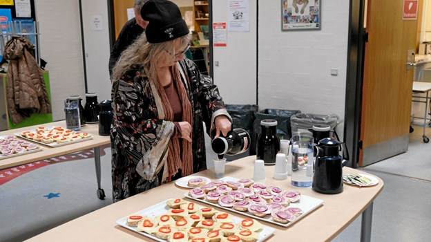 Efter gåturen i området blev der budt på kaffe og boller i skolens aula, inden mødet fortsatte med en mere detaljeret gennemgang af potentialeplanen. Foto: Niels Helver Niels Helver
