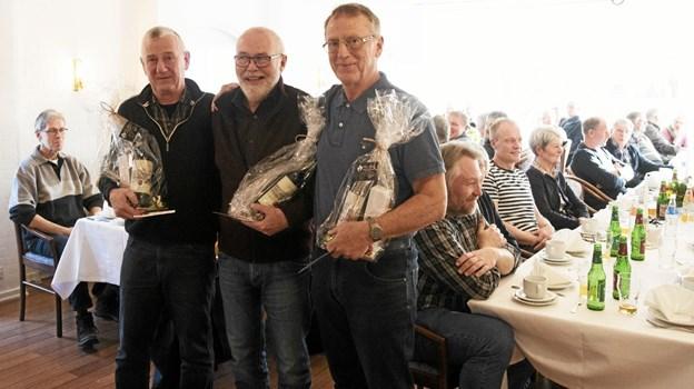 Per Kirchhoff Pedersen (t.v.), Knus Asp Poulsen og Harry Kristensen (t.h.) kan fremover tituleres som æresmedlemmer af Hals Cykel Motion. Foto: Allan Mortensen