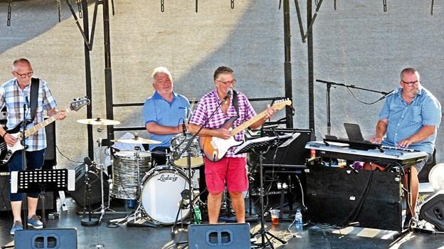 The Recycle Band med Mogens Jespersen, Finn Kannegaard, Søren Klang Kristiansen og Bill Dale på scenen ved fredagskoncerten i Øster Hurup.  Foto: Ejlif Rasmussen