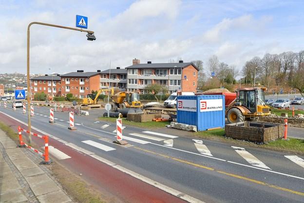 På Brogade i Hobro har Hobro Fjernvarme spærret indkørslen til Mariagervej. 'Foto: Jesper Thomasen JESPER THOMASEN