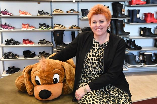 Tina Andersen og hendes personale oplever tit, at kunder med særlige behov får bragt sko ud til at prøve. Nu tilbyder de i stedet at holde ekstraordinært åbent for de kuner. Og skulle der være et behov for det, kører de såmænd også ud til kunden efter aftale.