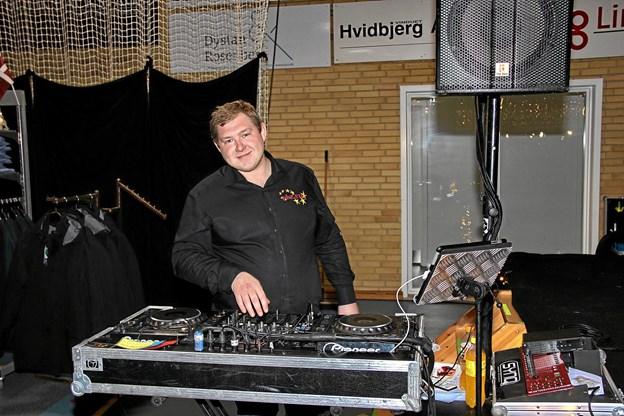 Diskomusikken til modeshowet blev styret af Poul Ebbesen fra Diskotek Ninestar. Foto: Hans B. Henriksen Hans B. Henriksen