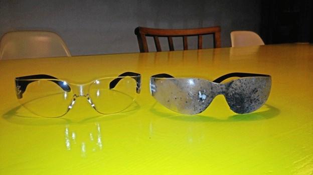 Husk fyrværkeribriller nytårsaften - og lad ikke børnene tænde fyrværkeri. Hér et par brugte briller - og et par friske - så det er tydeligt, hvor meget skidt, man risikerer at få i øjnene.