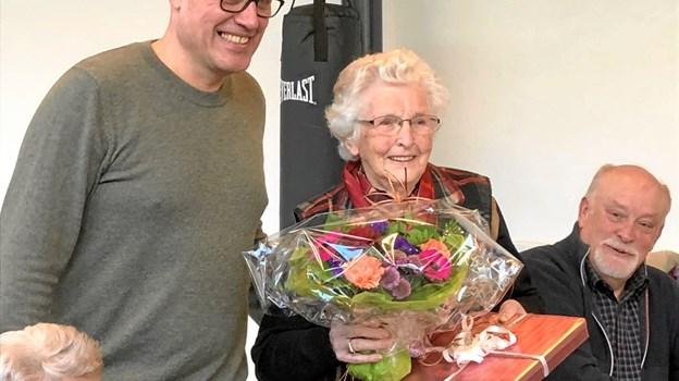 Centerleder Claus Jacobsen, Arden Hallerne, overrækker blomster og chokolade til Magda Nielsen. Privatfoto
