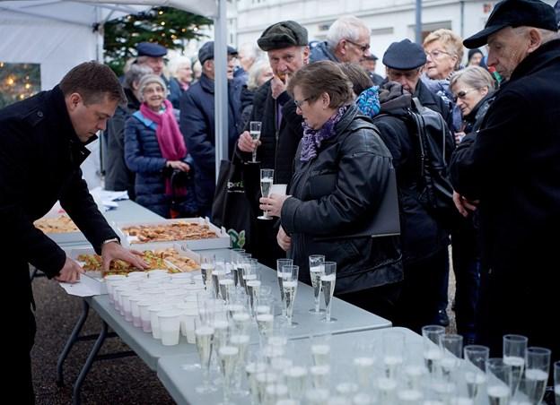 Medlemmer af Hobro Handel skænker igen boblevand for publikum på Store Torv lørdag 29. december klokken 12. Arkivfoto: Henrik Bo © Henrik Bo