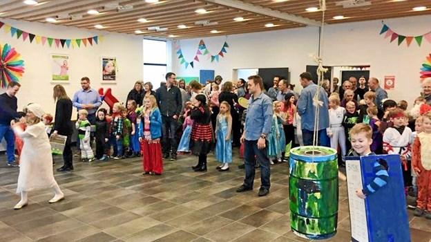 Vanen tro er der fastelavnsfest med gudstjeneste og tøndeslagning i Strandby Kirke