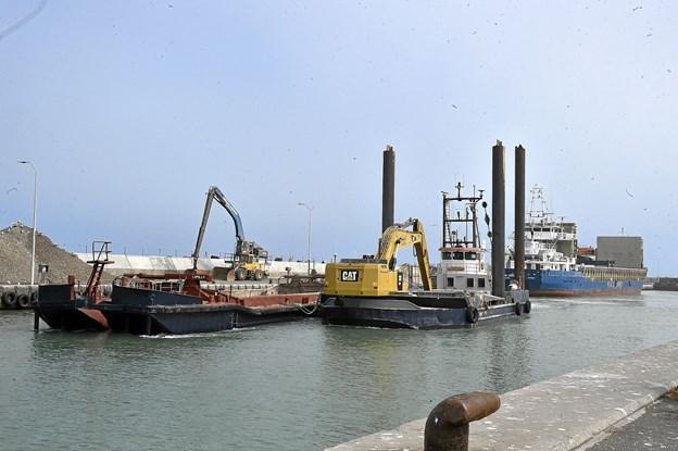 Den konstante trafik og opmagasinering af granitblokke og skærver til ydermolerne, og de mange fartøjer her bringer materialerne fra Norge og Sverige optager meget plads på havnen. Foto: Ole Iversen