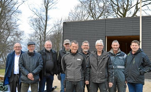 Gæster, håndværkere og medlemmer ses ved den nye Buggy-garage. Foto: hhr-freelance.dk