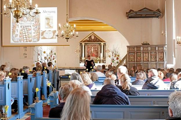 Gudstjenesten slutter med altergang, og alterbrødet er bagt af skolens elever. Foto: Niels Helver Niels Helver