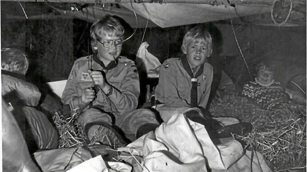 Et par unge spejdere sover i bivuak i Oue-Valsgaard-spejdernes første år. Privatfoto