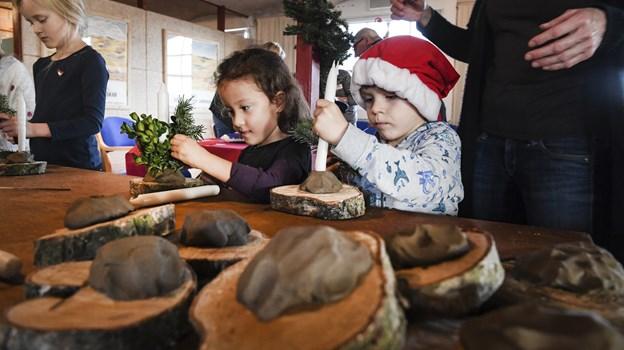 Leg med ler, lys og juledekorationer.Foto: Bent Bach Bent Bach