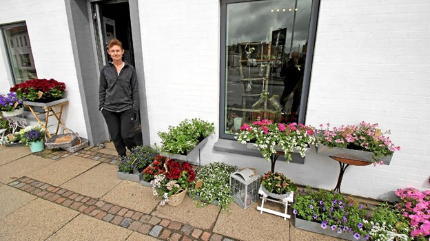 """Kamilla Pedersen foran sin blomsterforretning """"Blomster fra Sløjfen"""" i Dronninglund. Foto: Jørgen Ingvardsen"""