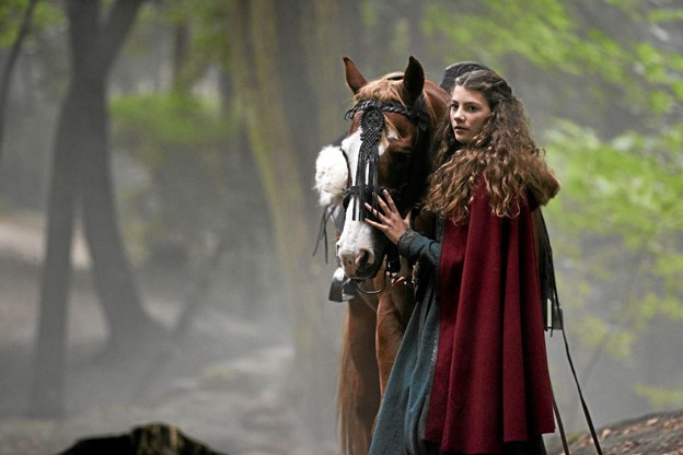 Hovedrollen som Dina i Skammerens Datter 2: Slangens gave, spilles af Rebecca Emilie Sattrup, som her ses i en scene fra filmen. Foto: Nordisk Film.