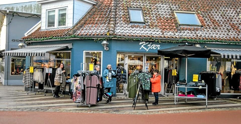 Masser af mennesker i hovedgaden, da januarudsalget startede i Løgstør. Foto: Mogens Lynge Mogens Lynge