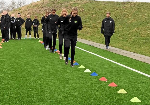 Der var fokus på løbeteknik og forbedring af hurtighed ved søndagens samling i Koldby for FC Thy Piger. Privatfoto. Foto: Ole Iversen