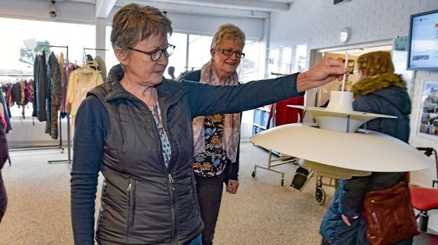 Anne Marie Immersen viser her en stor PH 5´er som netop er kommet ind. Prisen er i øvrigt sat til 1000 kroner Foto: Ole Iversen