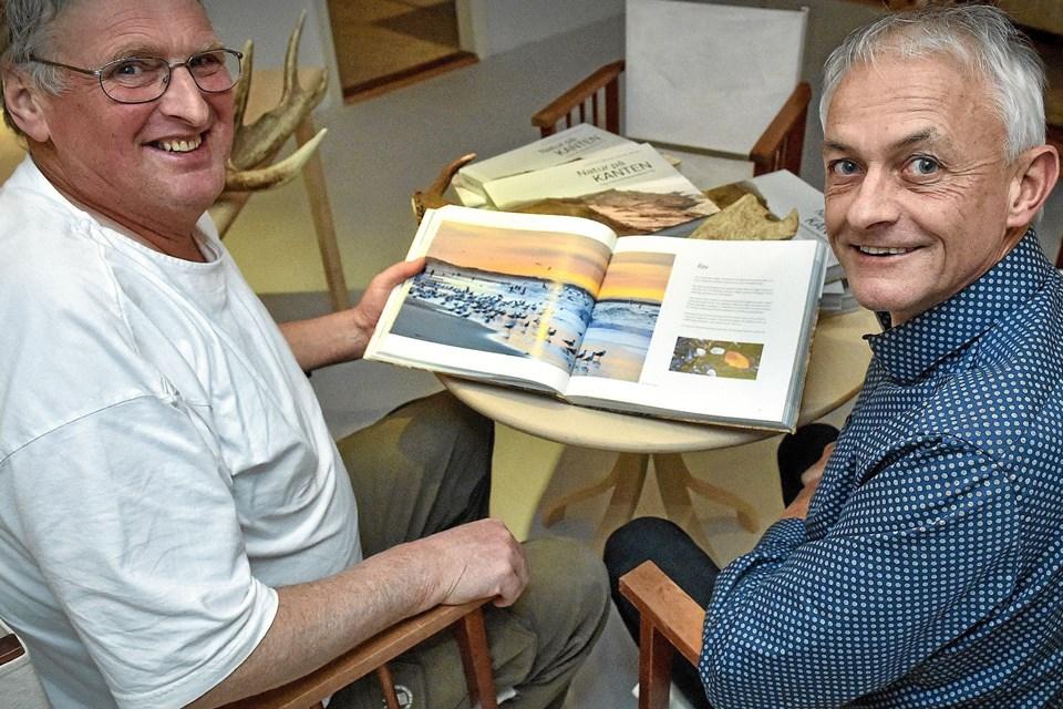En ny naturbog, Natur på kanten - i og omkring National Park Thy, er klar fra forfatterne Karsten Bjørnskov (tv) og Jens Kristian Kjærgaard. Foto: Ole Iversen