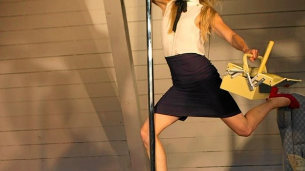 Torsdag d. 9. maj kl. 19.30 indtager den danske fysiske komiker og performer Camilla Marienhof atter scenen på Kappelborg i godt selskab med sin pol-stang og en god portion humor. Foto: PR - foto PR - foto