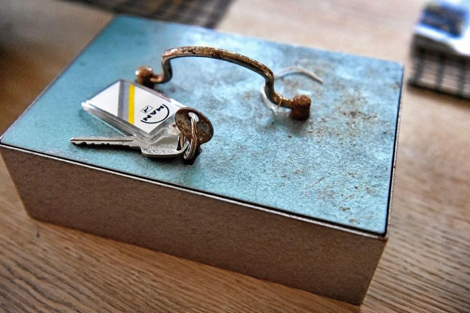 Køberen af skabet undrer sig over at ingen havde set pengekassen i skuffen. Foto: Ole Iversen Ole Iversen