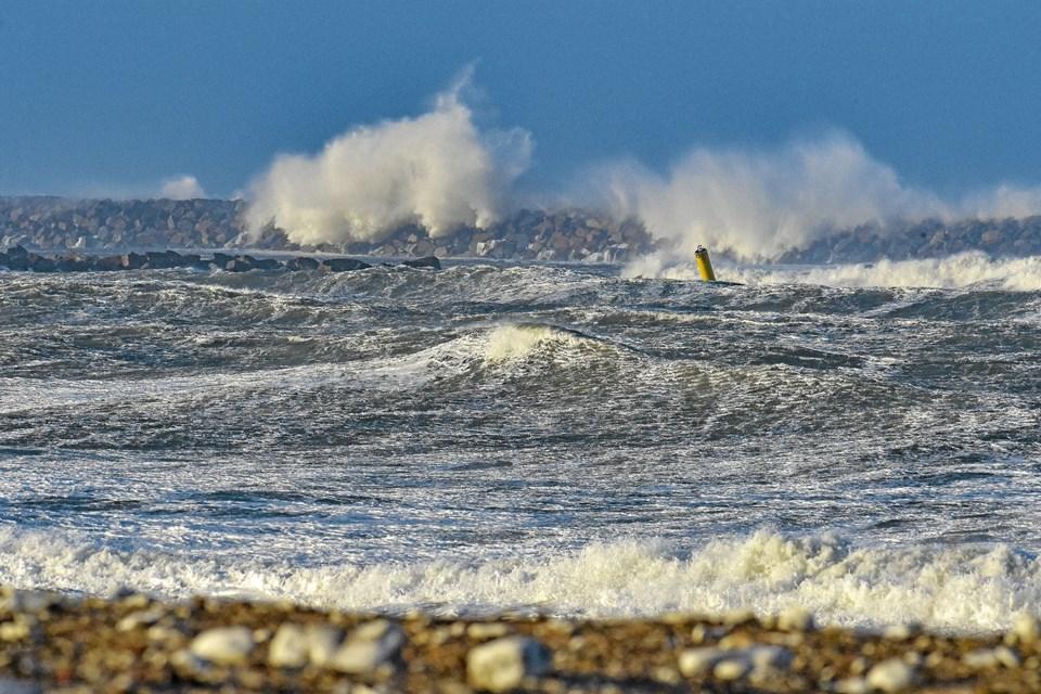 Hanstholms nye mole i Østhavnen fik bank af de store bølger.Foto: Ole Iversen Ole Iversen