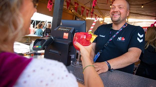 Martin Christensen har været frivillig på Nibe Festival i 12 år. Her ses han i baren til årets udgave. Foto: Martin Damgård