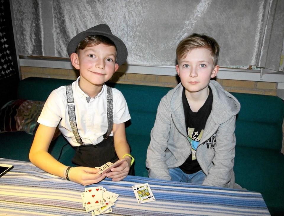 Kristian og Gustav lavede tryllerier og tricks med kort under skolefesten på Dronninglund Skole. Foto: Jørgen Ingvardsen Jørgen Ingvardsen